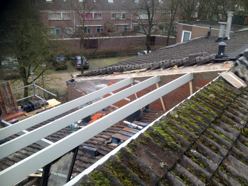 Bouwbedrijf Koomen bezig met een dakverhoging, uitbreiding van slaapkamers en een keuken in Muiden